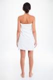 Retrato traseiro da vista da jovem mulher na toalha imagens de stock