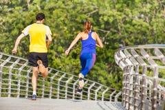 Retrato traseiro da vista dos desportistas que correm na cidade Imagens de Stock