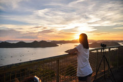 Retrato trasero de la muchacha que mira a la puesta del sol Foto de archivo
