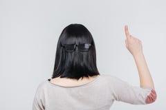 Retrato trasero de la visión de una muchacha de Brunete que destaca el finger Fotos de archivo