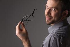 Retrato trasero de la visión del hombre joven atractivo que sostiene la barbilla Fotos de archivo libres de regalías