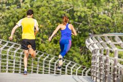 Retrato trasero de la visión de los deportistas que corren en ciudad Imagenes de archivo