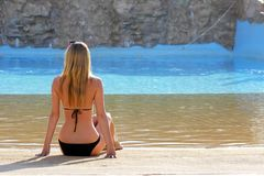 Retrato trasero de la visión de una sola mujer que mira en una piscina de agua Imagen de archivo