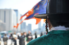 Retrato trasero del guardia coreano con el uniforme tradicional Imágenes de archivo libres de regalías