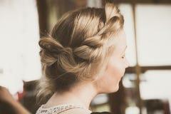Retrato trenzado flojo moderno del pelo de la mujer imagenes de archivo