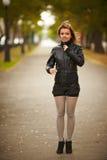 Retrato trigueno joven de la mujer en color del otoño Foto de archivo