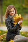 Retrato trigueno joven de la mujer en color del otoño Foto de archivo libre de regalías