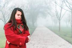 Retrato triste solo de la mujer en parque de niebla de la ciudad Imagenes de archivo