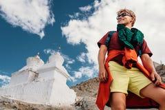 Retrato turístico del hombre joven con stupas santos budistas en backgrou Imagen de archivo libre de regalías