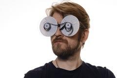 Retrato um homem com os carretéis de fita dos vidros do filme Foto de Stock