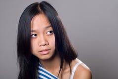 Retrato un cierre para arriba de la muchacha que mira a un lado Imagen de archivo libre de regalías