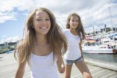 Retrato un exterior adolescente de la hermana que se divierte Fotografía de archivo libre de regalías