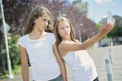 Retrato un exterior adolescente de la hermana que se divierte Imagen de archivo