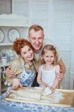 Retrato una familia feliz en una cocina Sus narices son sucias Fotos de archivo