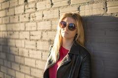 Retrato urbano da jovem mulher fotos de stock