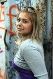 Retrato urbano de la chica joven imagen de archivo