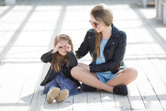 Retrato urbano de la madre feliz con la pequeña hija Foto de archivo