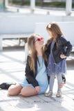 Retrato urbano de la madre feliz con la pequeña hija Fotografía de archivo