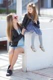 Retrato urbano de la madre feliz con la pequeña hija Fotos de archivo libres de regalías