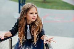 Retrato urbano de la moda de un adolescente en la calle en la verja en las escaleras Foto de archivo libre de regalías