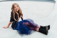 Retrato urbano de la moda de un adolescente en la calle en la verja en las escaleras Imagenes de archivo