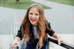 Retrato urbano de la moda de un adolescente en la calle en la verja en las escaleras Imagen de archivo