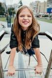 Retrato urbano de la moda de un adolescente en la calle en la verja en las escaleras Imágenes de archivo libres de regalías