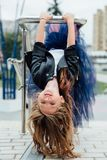 Retrato urbano de la moda de un adolescente en la calle en la verja en las escaleras Fotografía de archivo libre de regalías