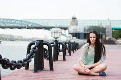 Retrato urbano de una estudiante fotos de archivo