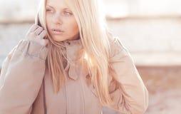 Retrato urbano del estilo de la muchacha de la moda al aire libre Imagenes de archivo