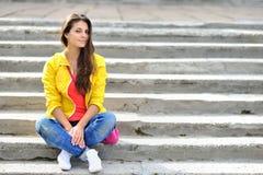 Retrato urbano del estilo de la muchacha de la moda al aire libre Foto de archivo