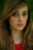 Retrato vermelho da camisa da menina loura Imagem de Stock Royalty Free
