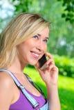 Retrato vertical da cara da menina com um telefone Fotos de Stock