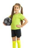 Retrato vertical de la chica joven hermosa con el balón de fútbol en manos Fotografía de archivo libre de regalías