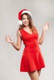 Retrato vertical de la muchacha de la Navidad con la copa en el fondo blanco Foto de archivo libre de regalías