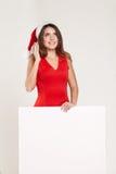 Retrato vertical de la muchacha de la Navidad con la copa en el fondo blanco Fotografía de archivo libre de regalías