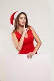 Retrato vertical de la muchacha de la Navidad con la copa en el fondo blanco Fotos de archivo libres de regalías