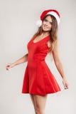 Retrato vertical de la muchacha de la Navidad con la copa en el fondo blanco Imagenes de archivo