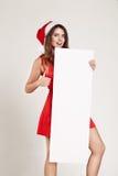 Retrato vertical de la muchacha de la Navidad con la placa en el fondo blanco Fotografía de archivo