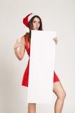 Retrato vertical de la muchacha de la Navidad con la placa en el fondo blanco Foto de archivo libre de regalías