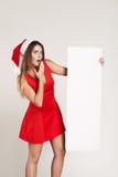 Retrato vertical de la muchacha de la Navidad con la placa en el fondo blanco Fotos de archivo libres de regalías