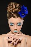 Retrato vertical de la mujer con maquillaje azul Imágenes de archivo libres de regalías
