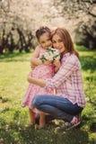 Retrato vertical de la primavera de la hija feliz de la madre y del niño fotografía de archivo