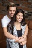 Retrato vertical de los pares jovenes atractivos sonrientes que miran Fotos de archivo libres de regalías