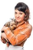 Retrato vertical de una muchacha hermosa con un pequeño perro Imagenes de archivo