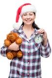 Retrato vertical de una mujer hermosa en pijamas en el ` s del Año Nuevo Imagenes de archivo