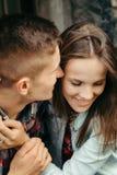 Retrato vertical emocional de los pares sonrientes adorables que llevan a cabo las manos Fotos de archivo