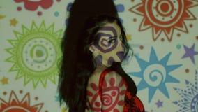 Retrato video creativo, mujer de la moda con color almacen de video