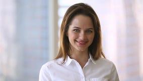 Retrato video de la empresaria feliz que mira la cámara en oficina metrajes