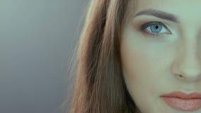 Retrato video de la media cara de la mujer hermosa almacen de metraje de vídeo